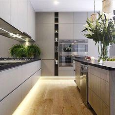 Boa noite ✨ Cozinha l Iluminação de piso ficou genial, destacou o porcelanato…