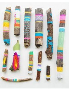 decoración con troncos de árboles de colores