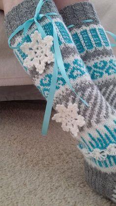 Frozen-anelmaiset Ohje: Novitan sukkalehti 2015 (Anelma Kervinen) Jo muutaman vuoden pikkutyttöjen (ja vähän isompienkin) fanituks... Crochet Socks, Knitting Socks, Knit Crochet, Knit Socks, Crafts To Do, Yarn Crafts, Arts And Crafts, Frozen Crochet, Designer Socks