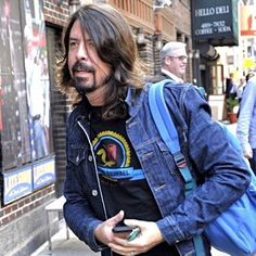 Dave Grohl Photos - Foo Fighters singer Dave Grohl drops by 'The Late Show With David Letterman' on October 2014 in New York City, New York. - Dave Grohl Drops by the 'Late Show with David Letterman' Foo Fighters Dave Grohl, Foo Fighters Nirvana, Star Pictures, Star Pics, Chris Shiflett, There Goes My Hero, Taylor Hawkins, Rock And Roll Fantasy, The Jam Band