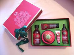 the body shop gift set The Body Shop Gifts, Body Shop At Home, Beauty Care, Beauty Hacks, Good Luck Chuck, Teen Girl Gifts, Shower Set, Tbs, Body Care