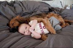 Забавные фото малышей, спящих со своими питомцами / Малютка