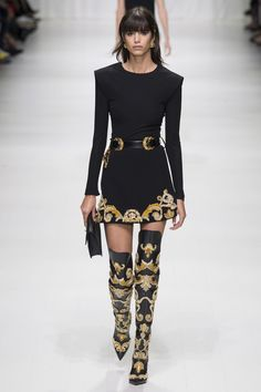 The complete Versace Spring 2018 Ready-to-Wear fashion show now on Vogue Runway. Donatella Versace, Gianni Versace, Versace Versace, Versace Black Dress, Spring Fashion Trends, Fashion Week, Spring Summer Fashion, High Fashion, Fashion Outfits