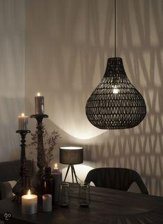 Zuiver Cable drop - hanglamp - zwart Geeft mooi grafisch licht, zorgt voor wat pit in combinatie met de lichte uitvoering. Boeiender dan met twee gelijke uitvoeringen. Transparant, natuur, organisch en origineel.  Let op: zorg voor minimaal 10 - 15 cm hoogteverschil tussen de lampen en hang ze  ongeveer 40 cm van elkaar af.