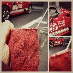 groot onderhoud voor de auto deze ochtend vroeg. om ook exclusief te blijven mijn gedachten maar bij de sokken  gehouden. nog steeds content van julia. ;) #knitting #knittinginpublic #alfaromeo #knittingsocks #sockknitting #knittersofinstagram #igknitters #pattern #mycupofteasocks #handmade #poweredbyrenee