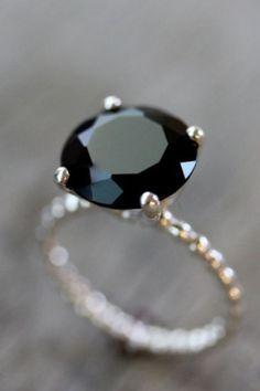 its-mademoiselle-love:Gorgeous black diamond ring