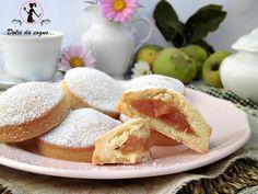 I biscotti di mele cotogne, sono profumatissimi, ideali per la colazione e da accompagnare con il tè. Dei biscotti dal gusto classico, che ricordano i sapori di una volta, davvero friabili e dalla consistenza e dal sapore davvero gradevole, un guscio di pasta frolla, che racchiude al suo interno una deliziosa farcitura.