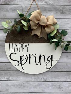 Spring Door, Spring Sign, Wooden Wreaths, Diy Spring Wreath, Posca, Happy Spring, Painted Doors, Easter Decor, Door Signs