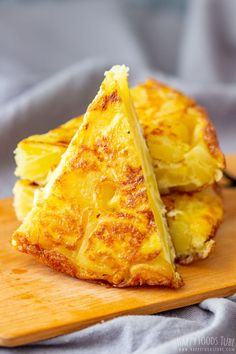 Spanish omelette or Tortilla Espanola is a simple potato recipe dish that can be enjoyed hot or cold as a starter main dish or as tapas at a picnic. The post Traditional Spanish Omelette appeared first on Tasty Recipes. Russet Potato Recipes, Roasted Potato Recipes, Easy Potato Recipes, Spanish Dishes, Spanish Tapas, Spanish Cuisine, Tapas Recipes, Mexican Food Recipes, Spanish Recipes