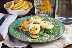 Recept voor kerstamuse: gevuld eitje voor 4 personen. Met zout, water, peper, ei, paprika, mayonaise, cracker, platte peterselie, parmezaanse kaas en paprikapoeder