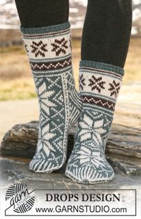 Free knitting patterns and crochet patterns by DROPS Design Crochet Socks, Knitted Slippers, Slipper Socks, Knit Mittens, Knitting Socks, Knit Cowl, Drops Design, Knitting Patterns Free, Free Knitting