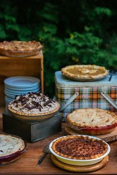 Pies are a great alternative to usual wedding cakes and desserts, they are ideal for rustic, backyard, country, woodland or boho weddings. Pie Bar Wedding, Wedding Decor, Wedding Desserts, Wedding Cupcakes, Fall Wedding, Diy Wedding, Wedding Reception, Wedding Stuff, Dream Wedding