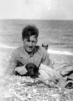 George Orwell on the beach with his dog.  (Famous writers at the beach // Escritores famosos en la playa. http://www.eraseunavezqueseera.com/2014/07/25/escritores-vacaciones-en-el-mar/)