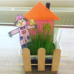 Bahar geldiyse bahçemize de çim ekme zamanı geldi... Editörlermizden @zehrincee nin geçen yıl yaptığı #bahçelievleri  #çimadam #bahçeliev… School Teacher, Pre School, Diy Crafts For Kids, Preschool Activities, Farmer, Origami, Projects To Try, Nursery, Holiday