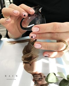 The advantage of the gel is that it allows you to enjoy your French manicure for a long time. There are four different ways to make a French manicure on gel nails. Love Nails, How To Do Nails, My Nails, Minimalist Nails, Latest Nail Designs, Nail Art Designs, Manicure, Instagram Nails, Nagel Gel