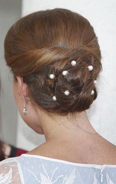 Kate était coiffée avec un chignon ornée de perles blanches.