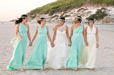 Nós adoramos as headpieces florais das noivas e das madrinhas! Um visual que combinou bastante com o look praia. Gostaram?📷@goddessbynature  #headpieces #bridalheadpieces #acessoriosparacabelo #acessoriosparanoivas #wedding #casamento #bride #love #mercedesalzueta #handmade #noiva #instabride  #brideoftheday #noivadodia #bride #noiva #noivareal #realbride #wedding #casamento #ateliermercedesalzueta #bridalheadpiece #acessoriodecabelo