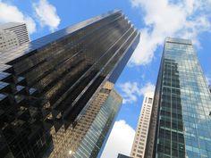 De Trump Tower op Fifth Avenue met een prachtige weerspiegeling van de blauwe lucht