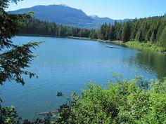 Вы уже видели прогноз на эту неделю? Нас ждет солнечная, теплая погода, а значит захочется купаться или просто побыть возле воды! К счастью, вокруг Ванкувера есть множество озер, где можно отлично провести время и отдохнуть. Вот несколько лучших озер в окрестностях Ванкувера и описание как их найти.
