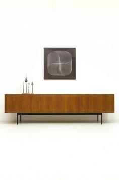 Chique Behr B40 dressoir met teak fineer, minimalistisch design. Design Dieter Waeckerlin 1958. In een goede vintage staat.
