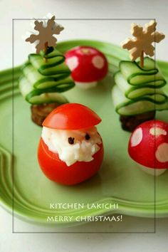 Easy Christmas Party Food Ideas and RecipesFind yummy and festive Christmas … - Noel - christmas Christmas Finger Foods, Christmas Party Food, Xmas Food, Christmas Appetizers, Christmas Cooking, Christmas Goodies, Creative Christmas Food, Christmas Meals, Christmas Desserts