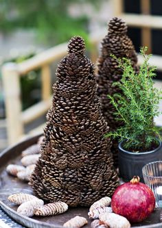 The rustic home or cottage Christmas atmosphere is matched by nature-picked and self-. - The rustic home or cottage Christmas atmosphere is matched by naturally picked and handmade decorat - Unique Christmas Decorations, Christmas Tablescapes, Christmas Centerpieces, Christmas Tree Ornaments, Holiday Decor, Cottage Christmas, Woodland Christmas, Rustic Christmas, Christmas Crafts