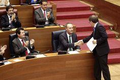 Saludando al conseller Moragues durante el Pleno del debate a la totalidad del Proyecto de Ley de Presupuestos de la Generalitat