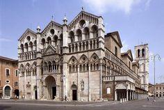 Reich an Kunst- und architektonischen Werken aus dem Mittelalter, wurde Ferrara in der Renaissance zu einem wahren Schmuckstück durch die Arbeit der größten italienischen Kunstmeistern wie Piero della Francesca, Jacopo Bellini und Andrea Mantegna. Diese arbeiteten für den Hof der Adelsfamilie Este, die das Bild und die Geschichte der Stadt stark prägte.