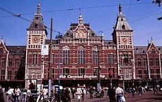 Station #Amsterdam Centraal is het centraal station van de Nederlandse hoofdstad Amsterdam. Het is gebouwd tussen 1881 en 1889 naar ontwerp van P.J.H. Cuypers, A.L. van Gendt en L.J. Eijmer.