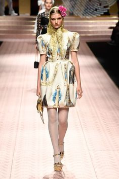Dolce & Gabbana Spring 2019 Ready-to-Wear Fashion Show Collection: See the complete Dolce & Gabbana Spring 2019 Ready-to-Wear collection. Look 77 Vogue Fashion, Runway Fashion, Fashion Art, Fashion Brands, Spring Fashion, High Fashion, Fashion Design, Luxury Fashion, New Years Eve Outfit Ideas Winter