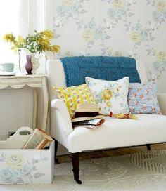 Des rideaux aux tapis en passant par les draperies, on n'hésite pas à mélanger les tons, les textures et les gros motifs floraux pour un air de renouveau!