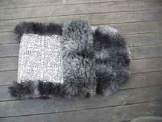 Babypose, soveskinn, stolskinn - BRITT SOLHEIM Sheepskin Rug, Fur Slides, Textiles, Culture, Costumes, Crafty, Blanket, Rugs, Clothing