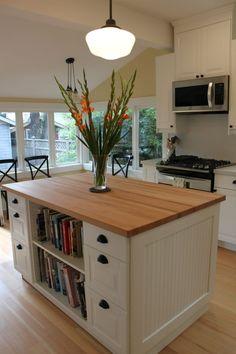 îlot de cuisine en bois avec étagères