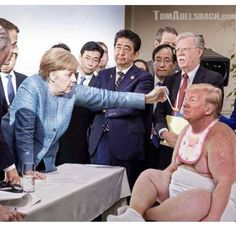 Great Photoshop Battle Raging Over Iconic drumpf Photo. Political Satire, Political Cartoons, Funny Politics, Donald Trump Funny, Trump Picture, Funny Caricatures, Funny Memes, Hilarious, Funny Pictures