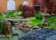 Gartengestaltung Bilder-Asiatischer Garten mit Teich und Kieselsteinen als Deko