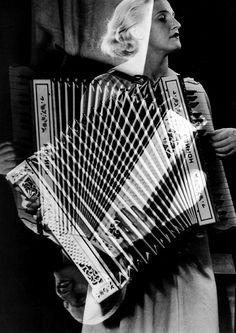 Der US-amerikanische Fotograf Man Ray, 1890 -1976, porträtierte eine Akkordeonistin. Seine Werke sind dem Dadaismus und Surrealismus zuzurechnen.