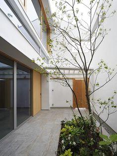 専門家:樋口 章が手掛けた、中庭-外玄関(『春風の家』中庭を外玄関に!光を取り込む住まい)の詳細ページ。新築戸建、リフォーム、リノベーションの事例多数、SUVACO(スバコ)