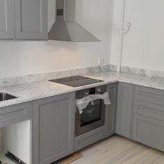 Halvfärdigt grått kök Kitchen Reno, Kitchen Hacks, Kitchen Design, Kitchen Cabinets, Kitchen Ideas, Interior Design Living Room, Living Room Designs, Compact Living, Home Kitchens