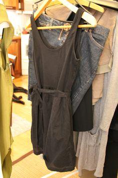 Musta mekko, yläosa trikoota ja alaosa siloisempaa kangasta. Lyhyt, alaosa vähän kellomainen.