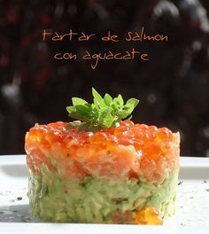 TARTAR DE SALMÓN CON AGUACATE. Gourmet Recipes, Appetizer Recipes, Cooking Recipes, Salmon Y Aguacate, My Favorite Food, Favorite Recipes, Food Platters, Sashimi, Healthy Meals For Two