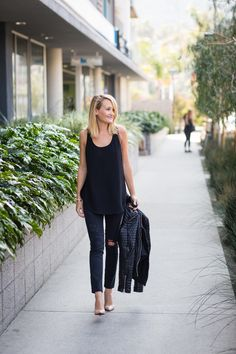 all black outfit Cooler Look, Distressed Black Jeans, Casual Winter Outfits, Spring Outfits, Office Fashion Women, All Black Outfit, Classic Style Women, Black Skinnies, Everyday Outfits