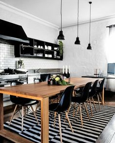 """""""Bom dia! Nossa inspiração de décor de hoje é esta cozinha, que aposta na praticamente infalível combinação de preto e branco. A tradicional parede de…"""""""
