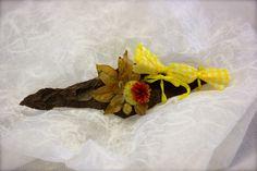 """BON BON - Corteccia d'albero arricchita con fiori secchi ed elementi floreali. I confetti si inseriscono nella """"caramella""""."""