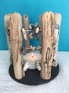 Das Treibholz Teelicht --Hühnergott-- wurde von mir in treibholzverliebter Handarbeit gefertigt. Das Holz ist naturbelassen und unbehandelt. Die Hölzer habe ich auf einer Schieferplatte fixiert... Skateboard, Etsy, Inspiration, Drift Wood, Candle Holders, Shelf, Handarbeit, Deko, Skateboarding