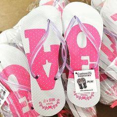 A @custumizu faz chinelos personalizados com material de qualidade e que são ótimas lembrancinhas para o seu casamento! . Orçamento  (11) 99851-4891 ou no e-mail:orcamento@custumizu.com.br . Instagram: @custumizu Eles entregam em todo Brasil!