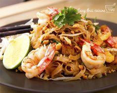 Hola a todos, hoy vamos a preparar uno de los platos más conocidosde la cocina tailandesa, Pad Thai.EnTailandialo podemos comerdesde los restaurantes más lujosos hasta pequeños puestos en la c...