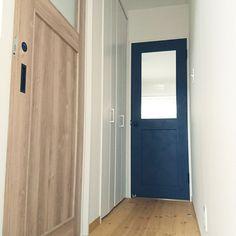 シンプルなのに、なんだかおしゃれ。RoomClipではそんな素敵なお宅が多く見られます。さりげない中にもこだわりを感じられるポイントの一つは、実は大きな面積を占める「ドア」なんです。 この連載ではLIXILの室内建具ブランド「VINTIA(ヴィンティア)」のドアを通して、憧れのおうちづくりを実現するコツを3回に渡ってお送りします。 Natural Interior, Doors, Cabinet, Storage, House, Furniture, Design, Home Decor, Houses