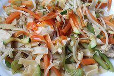 Lekker fris en Oosters. Deze noedelsalade is heerlijk als lunchsalade of bijgerechtmaar ook lekker als avondmaal met gebakken gamba's, witvis of blokjes kip! Zin in een extra bite? Strooi wat grof gehakte pinda's over de salade.