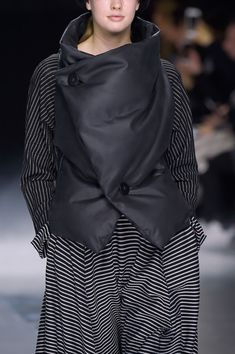 Issey Miyake at Paris Fashion Week Fall 2016 - Details Runway Photos