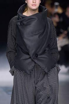 Issey Miyake at Paris Fashion Week Fall 2016 - Details Runway Photos